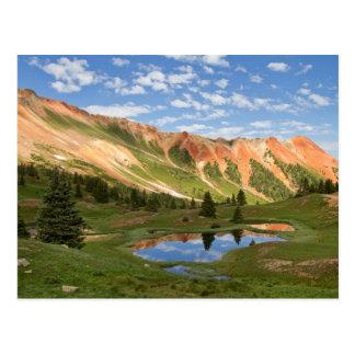 Cartão Postal Reflexão vermelha da montanha