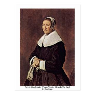 Cartão Postal Retrato da mulher ereta de A que veste luvas