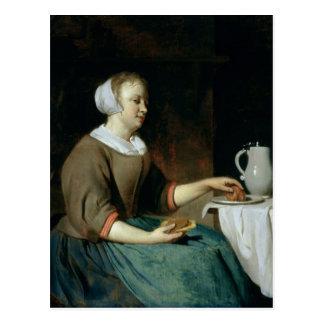 Cartão Postal Retrato de uma menina assentada em uma mesa