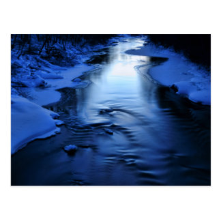 Cartão Postal Rio gelado e nevado com azul do inverno