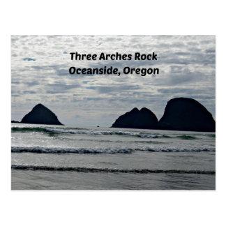 Cartão Postal Rocha de três arcos, perto do oceano, Oregon