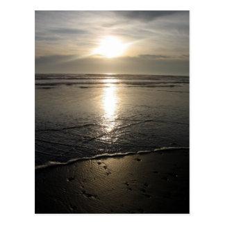 Cartão Postal Rochas da praia e um por do sol