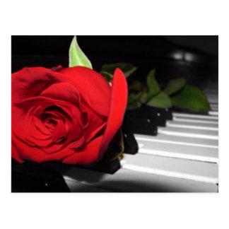 Cartão Postal Rosa vermelha no piano