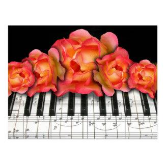 Cartão Postal Rosas do teclado de piano e notas da música