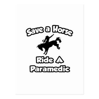 Cartão Postal Salvar um cavalo. Monte um paramédico