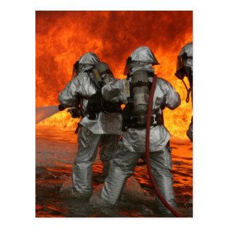 Cartão Postal Sapadores-bombeiros que lutam um fogo
