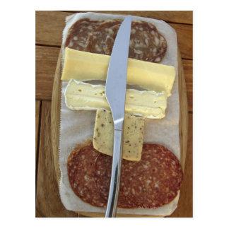 Cartão Postal Seleção de queijos do gourmet e de carnes cortadas