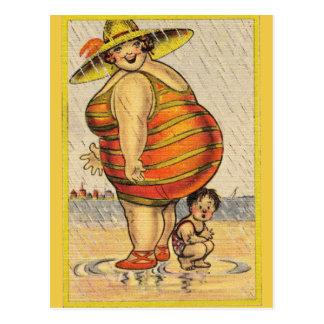 Cartão Postal Senhora gorda engraçada na praia