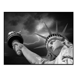 Cartão Postal Senhora Liberdade sob um céu tormentoso