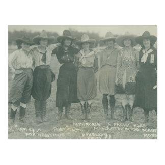 Cartão Postal Sete vaqueiras do rodeio que levantam para uma