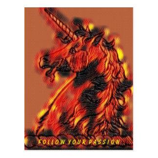 Cartão Postal Siga suas chamas mágicas do unicórnio do fogo da