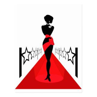 Cartão Postal Silhueta da mulher em um tapete vermelho com