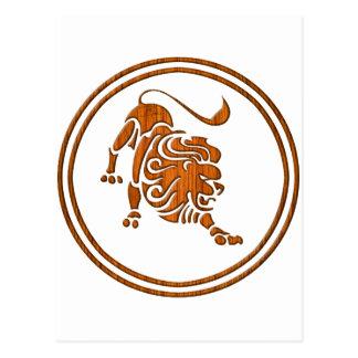 Cartão Postal Símbolo de madeira cinzelado do zodíaco de Leo