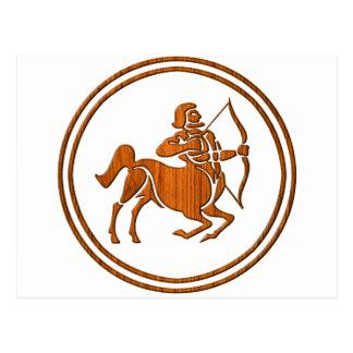 Cartão Postal Símbolo de madeira cinzelado do zodíaco do