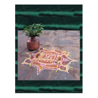 Cartão Postal Símbolos indianos do casamento do rangoli da