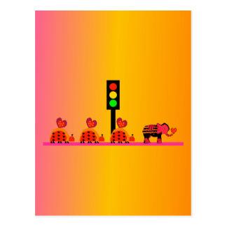 Cartão Postal Sinal de trânsito com caravana do coração, fundo