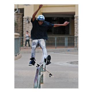 Cartão Postal Skateboarding de queda livre