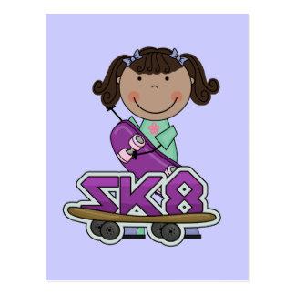 Cartão Postal SKATER - camiseta da menina do afro-americano