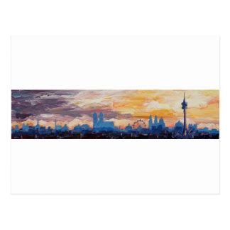 Cartão Postal Skyline de Munich no crepúsculo com cumes