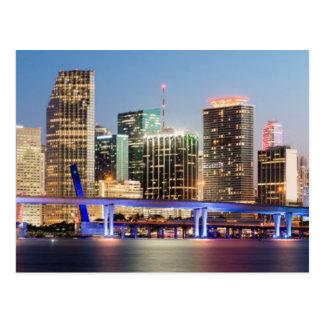 Cartão Postal Skyline iluminada de Miami do centro no crepúsculo