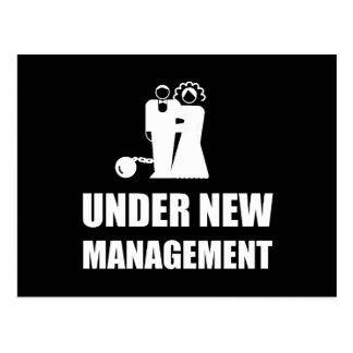Cartão Postal Sob a corrente nova da bola do casamento da gestão