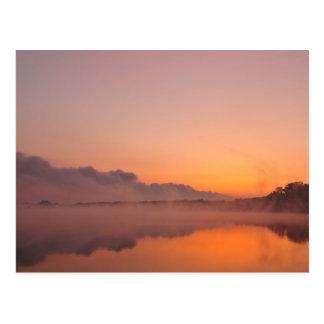 Cartão Postal Stormfront que vem, nascer do sol alaranjado no