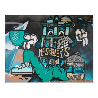 Cartão Postal Streetart: crazy funny grafitti irlandês coffee