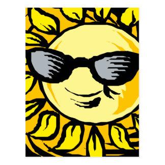 Cartão Postal Sun amarelo de sorriso com máscaras