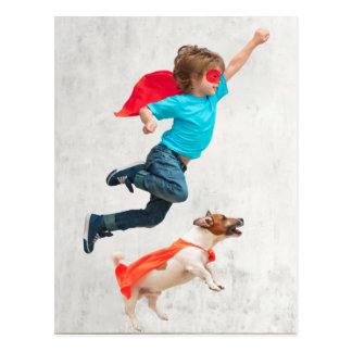 Cartão Postal Super-herói do menino e do cão