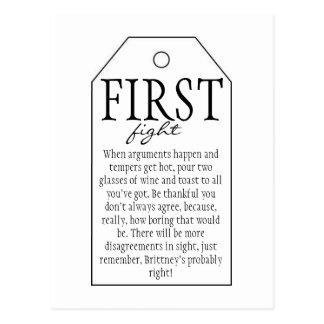 Cartão Postal Tag do presente para a garrafa de vinho - primeira