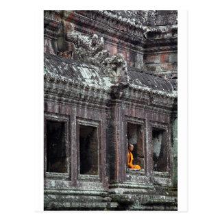 Cartão Postal Templo meditating de Angkor Wat da monge budista