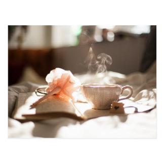 Cartão Postal Tempo do chá com um bom livro na cama