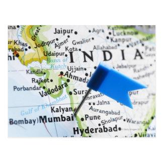 Cartão Postal Trace o pino colocado em Mumbai, India no mapa,