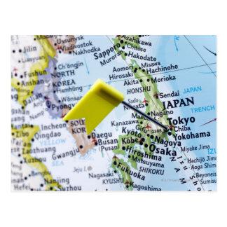 Cartão Postal Trace o pino colocado em Tokyo, Japão no mapa,