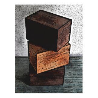 Cartão Postal Três caixas de madeira no armário