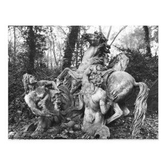 Cartão Postal Tritons que preparam dois cavalos do sol no bosque