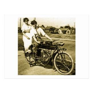 Cartão Postal Triumph do namorando do amor em um vintage da