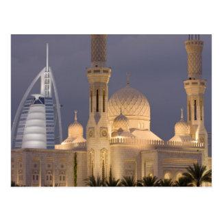 Cartão Postal UAE, Dubai. Mesquita na noite com o árabe do al de