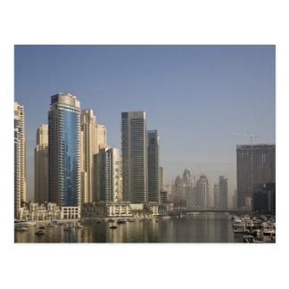 Cartão Postal UAE, Dubai. Torres do porto com os barcos na