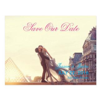Cartão Postal Um casal do amante na frente do Louvre/economias a