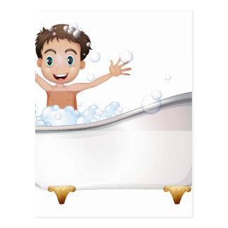 Cartão Postal Um rapaz pequeno na banheira