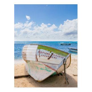 Cartão Postal Um shipwreck na praia no caribe