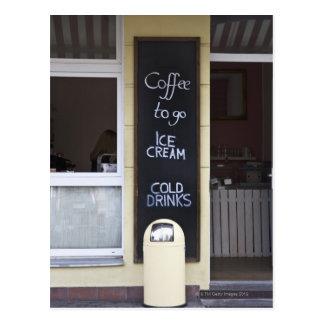 Cartão Postal uma cafetaria com um café a ir sinal