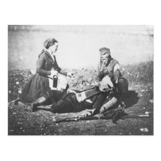 Cartão Postal Uma enfermeira que tende um homem ferido