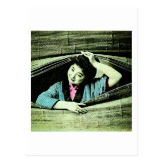 Cartão Postal Uma gueixa japonesa do vintage que espreita