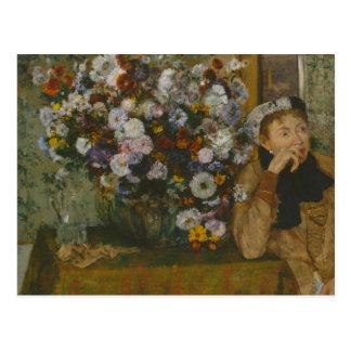 Cartão Postal Uma mulher assentada ao lado de um vaso das flores