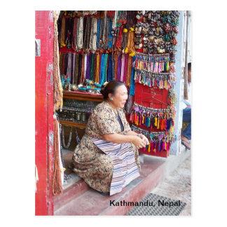 Cartão Postal Uma mulher e sua loja do grânulo