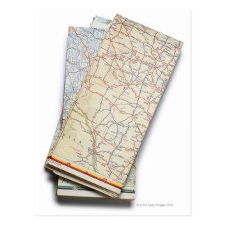Cartão Postal Uma pilha de mapas de estradas dobrados em um
