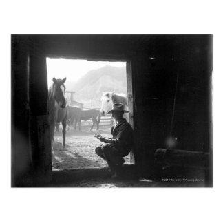 Cartão Postal Vaqueiro em uma entrada com cavalos