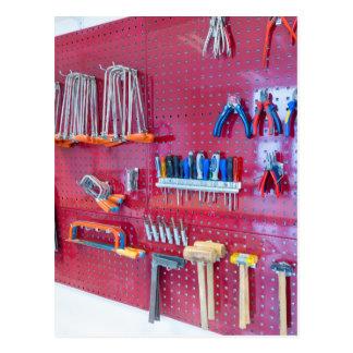 Cartão Postal Várias ferramentas que penduram na parede no